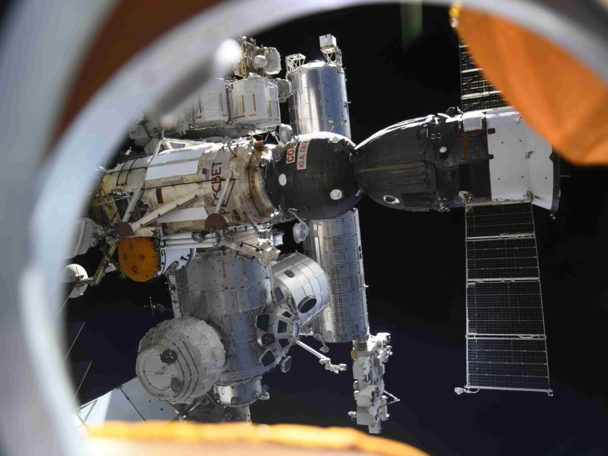 smoke and burnt plastic triggered an alarm on the international space station earlier ap21252480710119 1c78f9ee06e71bd39caf351df724f7c612c9739a scaled 1